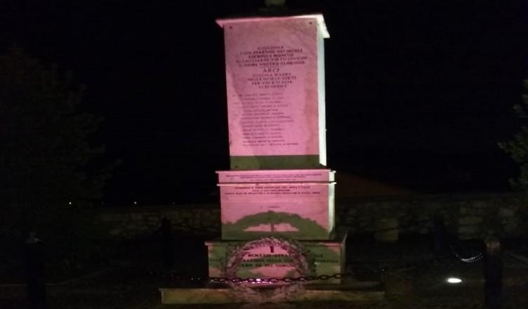 monumento illuminato di rosa ARCE